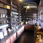 ビストロ - 玄関右側にある趣タップリの陶器たち