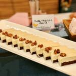 フライヤーズテーブル - チョコレートとバナナのムース@みっちりとしたチョコボトムと自然な甘さのバナナムース。くるみも良いアクセント
