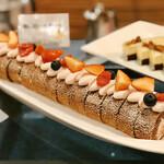 フライヤーズテーブル - 苺のロールケーキ@ショコラジェノワーズにフレッシュいちご入りのクリームがロール
