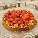 フライヤーズテーブル - 苺タルト@発酵バターのタルト土台にダマンド、たっぷり苺とあしらわれたピスタチオ片が彩ります