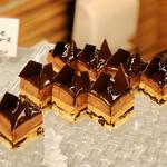 フライヤーズテーブル - チョコレートとキャラメルのムース@チョコレートとキャラメル2層のムースにフィアンティーヌのサクサク食感がアクセント