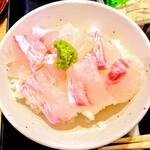 128285516 - 桜鯛の鯛茶漬け。飯椀に盛ったところ