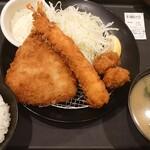 松のや - 料理写真:『ホタテ海鮮盛合せ定食』は、鰺フライ(1枚)、海老フライ(1本)、帆立フライ(2個)が盛り合わせとなっている。