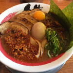 徳島ラーメン人生 - 豚バラ肉と炙ったチャーシューという贅沢な2種類の肉に加え、さらに辛味ひき肉、味玉、海苔までトッピング。いわゆる「黒系肉祭り」です。