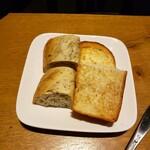 ブッシュウィック べーカリー&グリル - ハーブパンと食パン