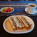 絵本カフェアンドバー 三叉路 - いわしサンドとホットコーヒー