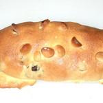 パン好房OHPADO - 当店で人気No1のミルクレーズン。ブドウパンを甘いクッキー生地でコーティングしナッツでトッピング