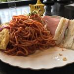 カフェドムッシュ - アーモンドバタートーストの後ろに隠れていた、大量のスパゲティ