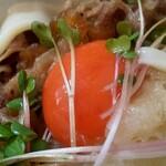 上を向いて - 卵黄は、濃厚な味わい、甘辛く煮た牛肉との相性も、バッチグー(笑)