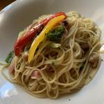 オムパレス - 料理写真:ブロックベーコンと野菜のペペロンチーノ