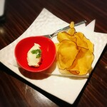 チーズ家 Quelle - お通し  マスカルポーネクリームとさつまいものチップ