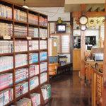手打ちうどん 八介 - お店に入ると漫画本の棚に圧倒される。
