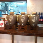 國吉食堂 - 今帰仁酒造の泡盛の甕が並んでいます。