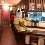 國吉食堂 - 小さいですが奥の個室が見えます。スタッフの後姿も!