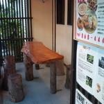 國吉食堂 - テラス席です。琉球松の一枚板の机と琉球松の切り株の腰掛が風情があります。休憩だけOKです♪