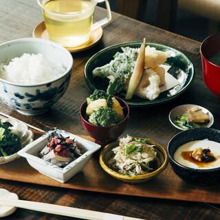 絶品炊きたて羽釜ごはんを季節の味わいと共に。