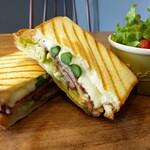 ラルジュ - 人気の春野菜の厚切りベーコンのタップリモッツァレラチーズホットサンド780円