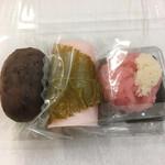 清水 - 左からつぶおはぎ、桜餅各200円、季節の上生菓子300円(いずれも税込)