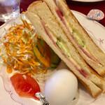 珈琲ぱぁらー泉 - モーニングセットです トーストサンドにサラダに茹で玉子 完璧です