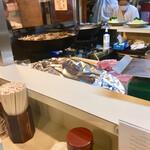 丸和 - カウンター前の特等席 肉を揚げるまでの工程が全部見られます \(^o^)/