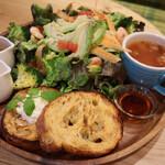 カフェ フレディ - エビとアボガドのサラダフレンチトースト
