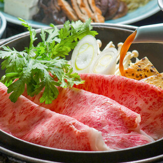 【看板メニュー】秘伝味噌だれの風味が香ばしい米沢牛すき焼き