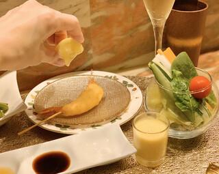 創作串揚げ専門店 ミラージュ - 天使の海老にレモンを手絞り