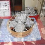 鎌倉 花ごころ - ショウウィンドにも大きなサザエ達