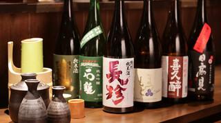 炙りもんと蕎麦 満月 - 日本酒ボトルと竹筒の酒器