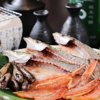 漁師町のとっておきのご馳走「干物」を炭火で炙って頬ばる口福!