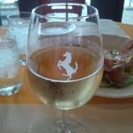 12844701 - フェラーリのワイングラスに入った白ワイン