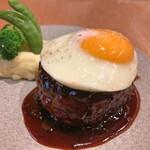 俺のGrill&Bakery - 俺のグリルハンバーグ 300g 〜トリュフソース〜 + 目玉焼きトッピング(アップ)