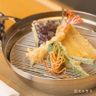 カウンター以外の席でも味わえる揚げたての天ぷら