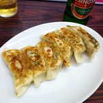 上海飯店 - 餃子(青島ビールとセットで¥1100)。中の餡に味があり、何も付けなくても美味しい!