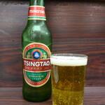 上海飯店 - 青島ビール。洗い場から「そのまま」出されたグラスは、ちょっとアレな感じ