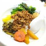 萬和樓 - 台湾魯肉飯(¥850)。八角の甘い香り、挽肉・煮玉子・高菜や漬物が乗っかる