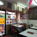 萬和樓 - 店内にも台湾国旗が飾られる。フレンドリーな台湾のおじちゃん店員も、いい味出してます