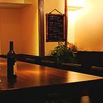 ビストロ ゲット - 広く落ち着いた色調のカウンター席は、一人でも気軽に立ち寄り、お酒を楽しんだり、お食事をする事が出来ます。