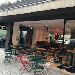 暖かい時は店内もオープンカフェになります。