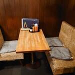 DEN - 奥の3人用テーブル。 椅子は結構小さいので恰幅のよいかたは厳しい