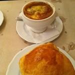 12850037 - オニオングラタンスープとキノコのパイ包みスープ