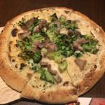 DECO - 豚肩肉とブロッコリーのクリームソースピッツァ