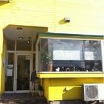 シド - 黄色い外壁が目印。