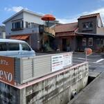 ベーカリー&カフェ リーノ - お店と駐車場