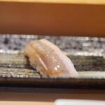 寿司安 - 鮃の縁側:表と裏の二枚付け