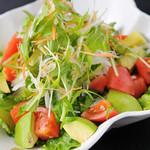 よかにせ - アボカドとトマトロメインレタスのシーザーサラダ