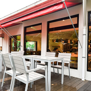 開放感たっぷりのカフェスペースは様々なシーンに。