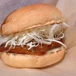 沼津バーガー - ソースとタルタルソースで、はっきり味付けされたアジフライ。ガブリといこう!