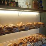 ブレッドマン - 狭いけど、種類が豊富なパンたち