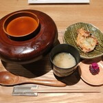 カッシーワ - ダブル親子丼 お味噌汁、野菜のかき揚げ、お漬物